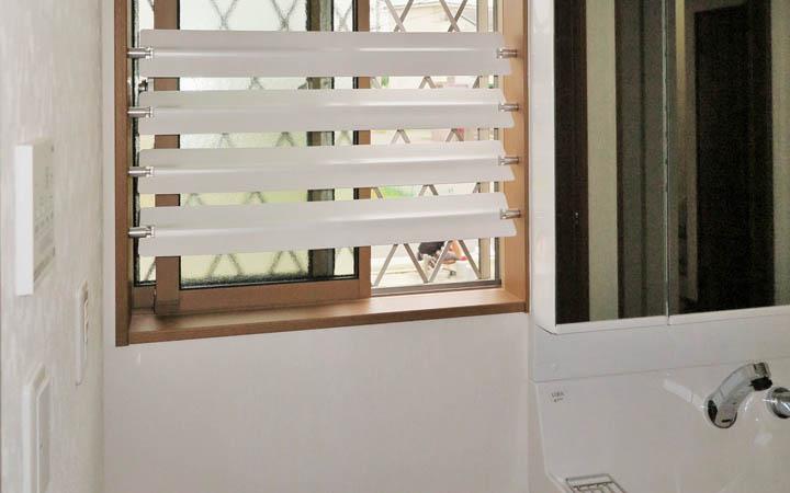 キッチン・お風呂・トイレの水回りの小窓のお悩みを解消する「つっぱりブラインド」まる洗いで清潔!